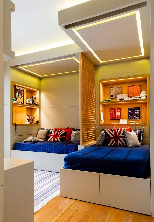 Quarto planejado para dois irmãos: mesmo em posições diferentes, as camas e a decoração são espelhadas