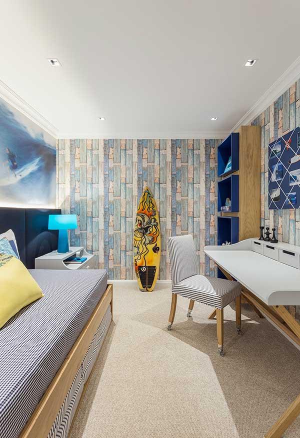 Mistura de elementos náuticos e praianos em um quarto de menino inspirado no universo do surf