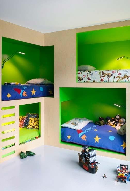 Quarto coletivo para meninos: camas-nicho cheias de cores para todo mundo dormir e viver muitas aventuras nos seus sonhos