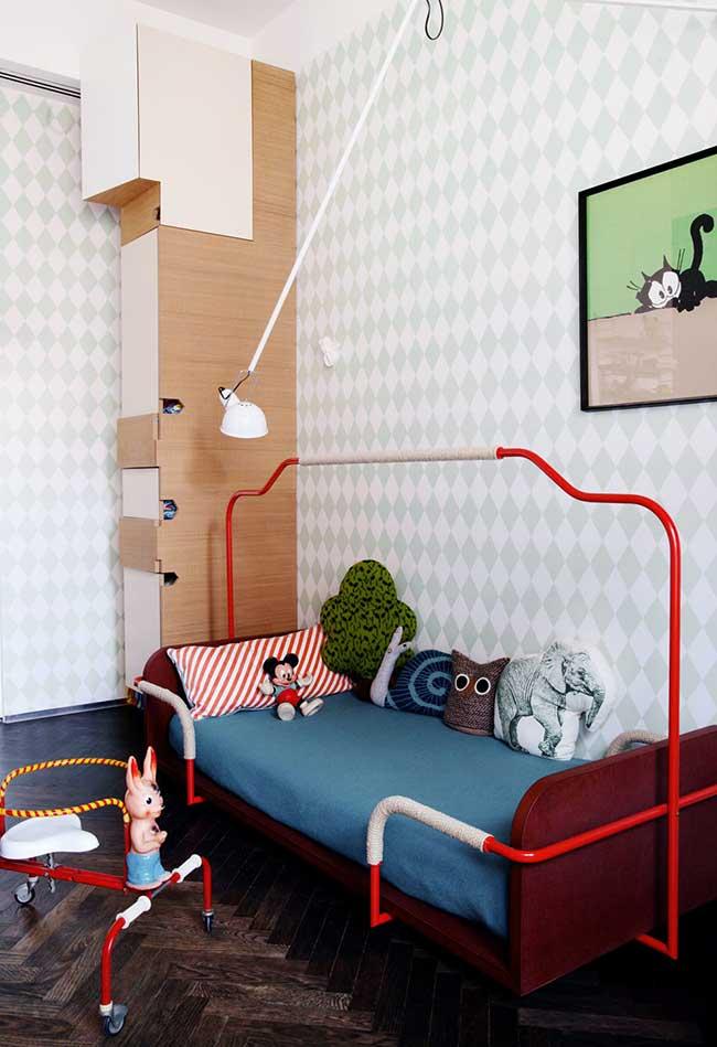 Inspiração nos desenhos dos anos 80 e 90 neste quarto de menino com cama Montessori cheia de almofadas divertidas