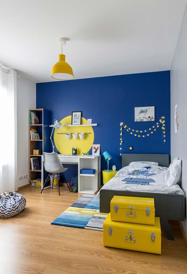 Tudo em azul e amarelo nesse quarto de menino