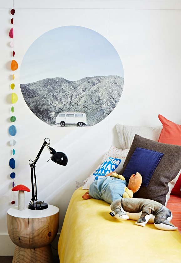 Muitas cores num quarto de menino em um estilo alegre e divertido para explorar