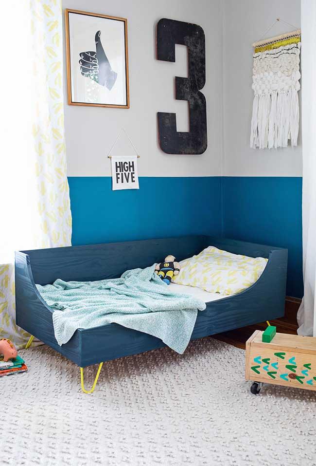 Decoração de parede diversa e criativa para quarto de menino azul
