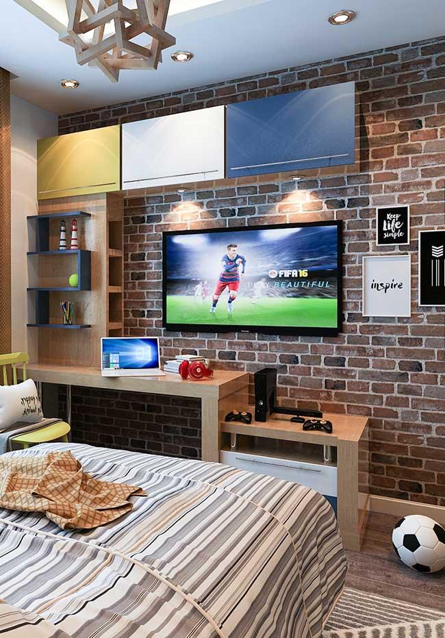 TV na parede no quarto de menino