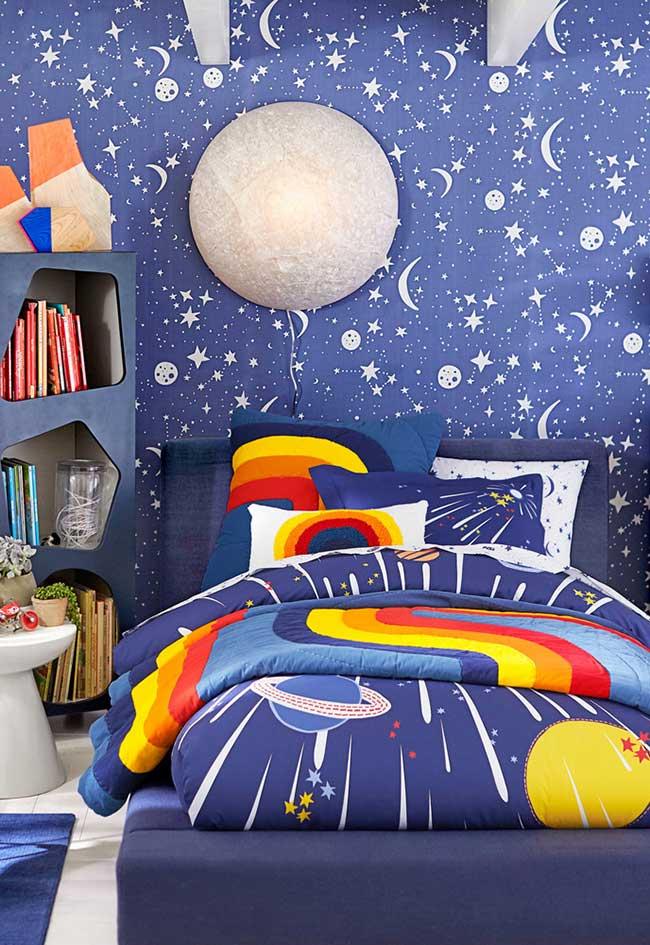 Quarto de menino decorado com tema espacial