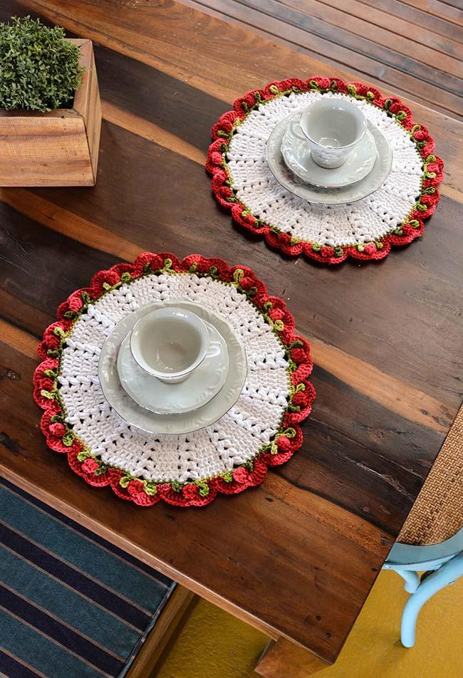 Sousplat de crochê redondo com borda em tons de vermelho de florzinhas