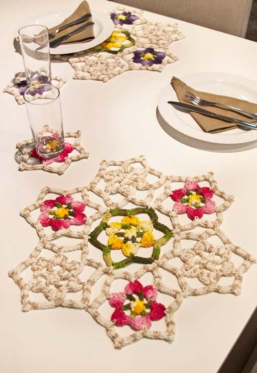 Sousplat de crochê vazado com tema floral para a sua mesa