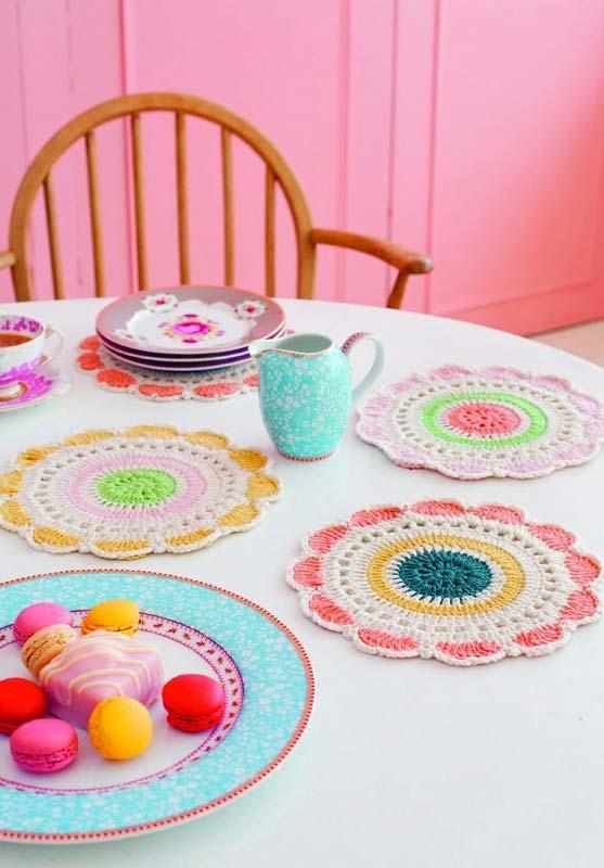 sousplat de crochê colorido em forma de flores simples