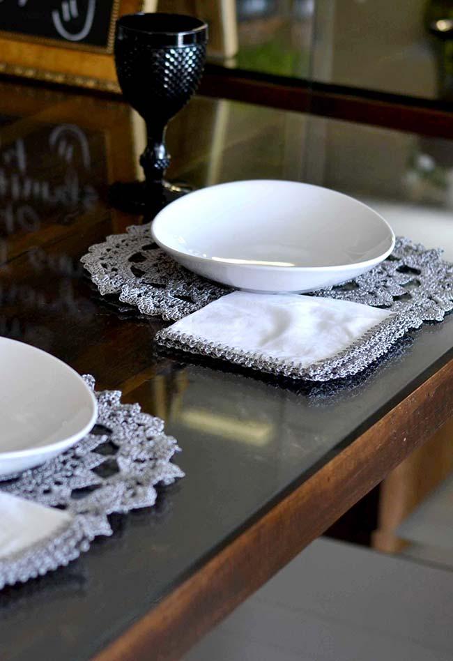 Detalhe do sousplat de crochê cinza combinando com os acabamentos na mesma técnica dos guardanapos de tecido