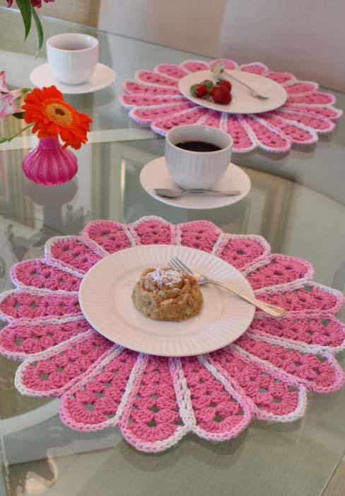 sousplat em forma de flor rosinha em crochê