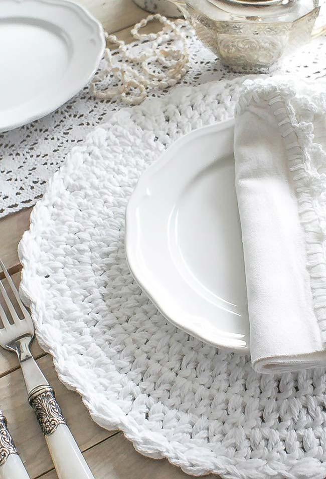 sousplat de crochê em ponto básico branco e uma finalização perfeita em mesma cor nos guardanapos de tecido