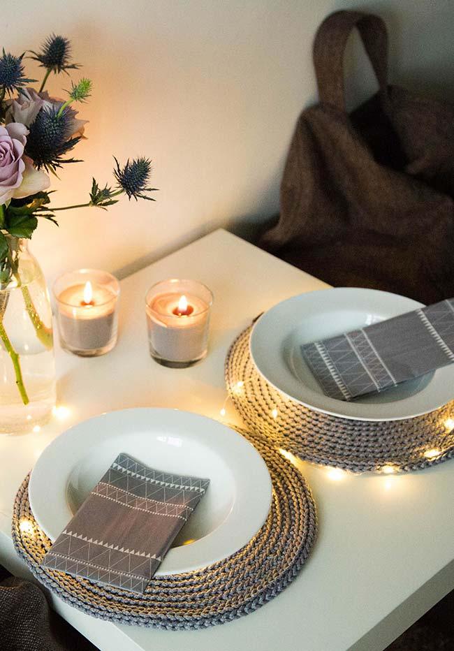 Cinza como uma cor neutra incrível até mesmo para os jantares românticos à luz e velas (e pisca-piscas)