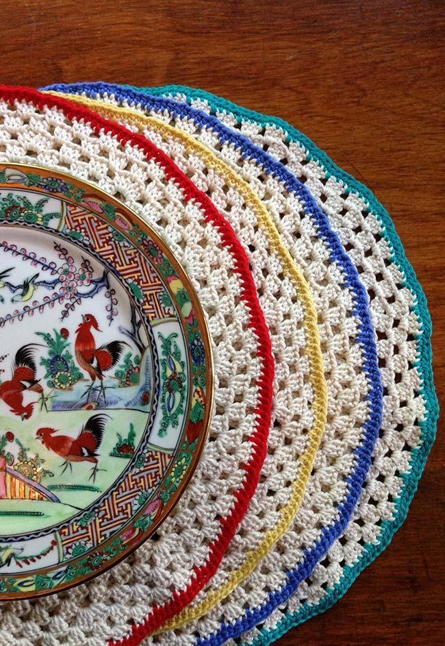 Sousplat de crochê simples com a borda colorida