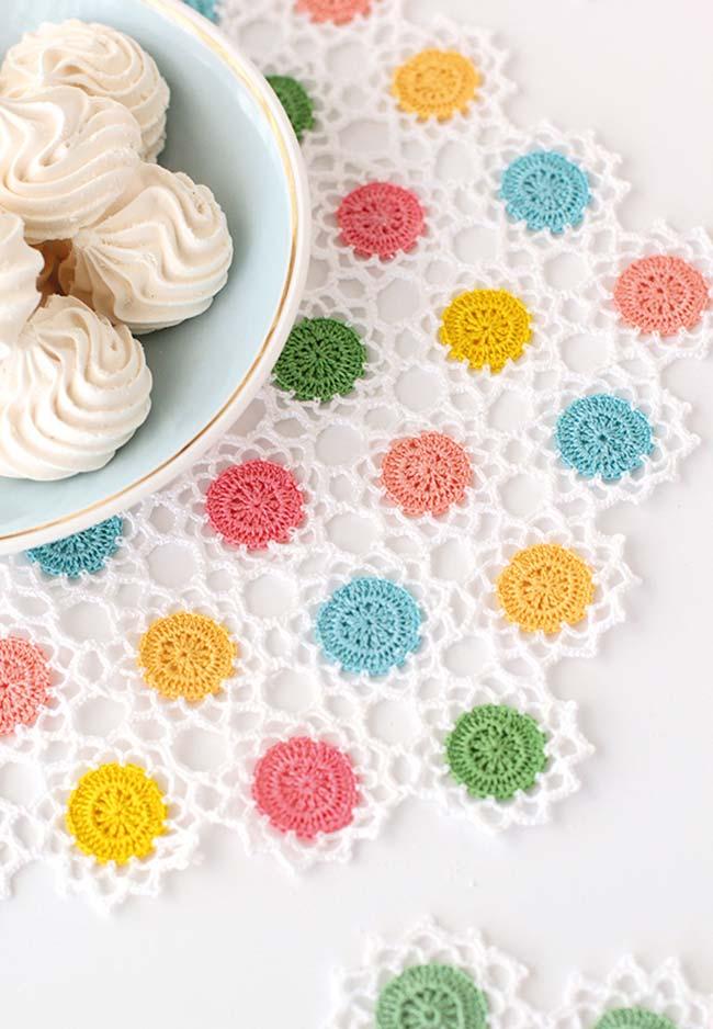 Sousplat de crochê com desenho vazado e aplicação de bolinhas coloridas