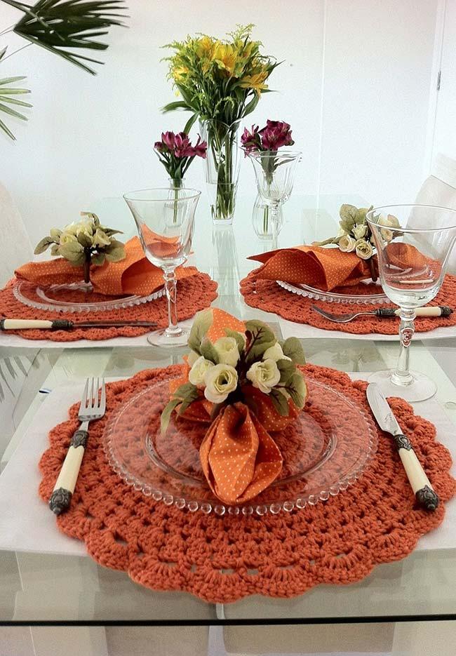 Sousplat de crochê laranja combinando com a composição da mesa