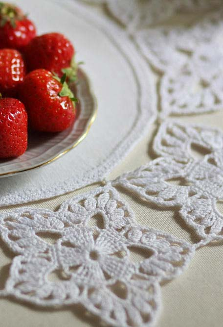 Ideia de sousplat de tecido com borda florida em crochê