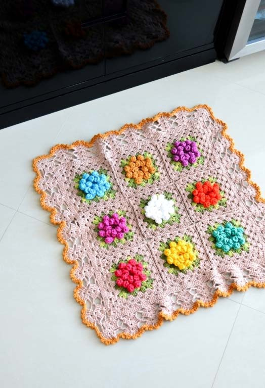 Tapete de crochê quadrado com flores