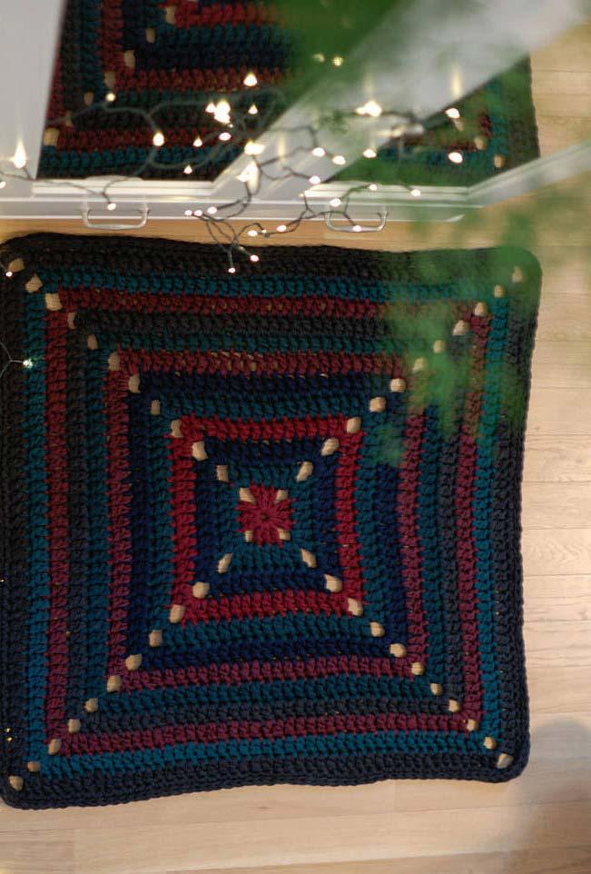 Tapete de crochê quadrado em azul e vinho