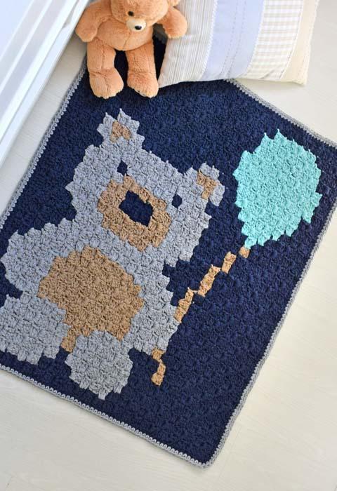 Tapete de crochê quadrado com desenho de ursinho
