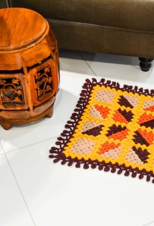 Outra ideia de tapete de crochê quadrado com desenho de triângulos