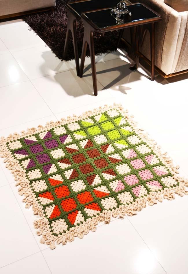 tapete de crochê quadrado com desenho colorido