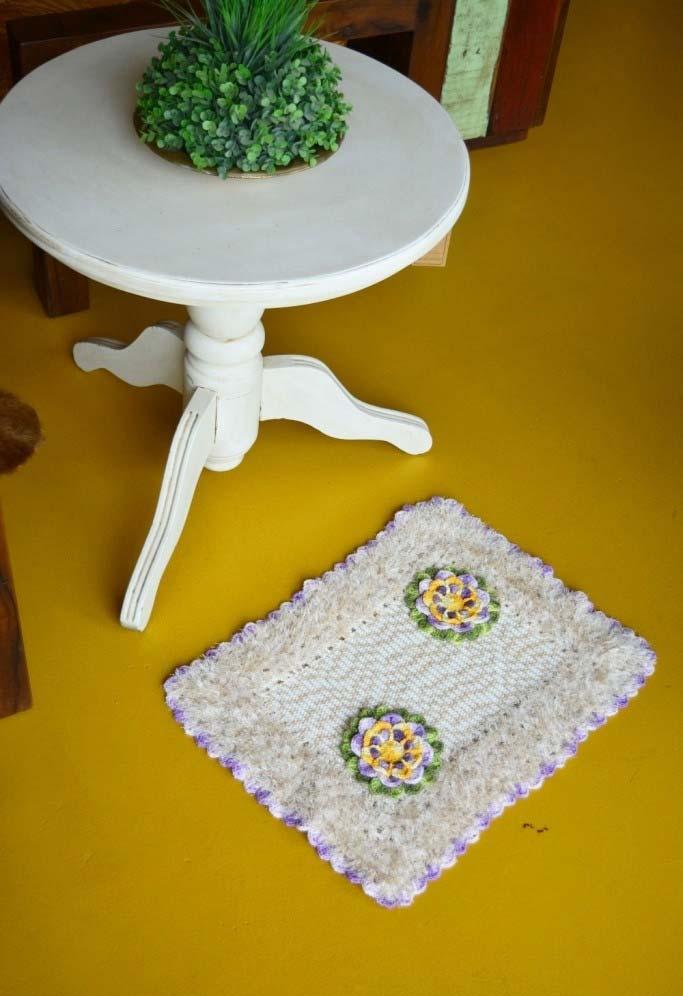 Tapete de crochê quadrado simples com flores aplicadas