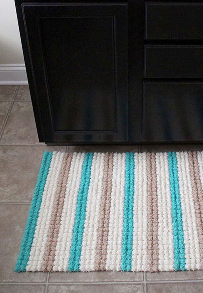 Tapete de crochê quadrado com listras em azul, branco e cinza