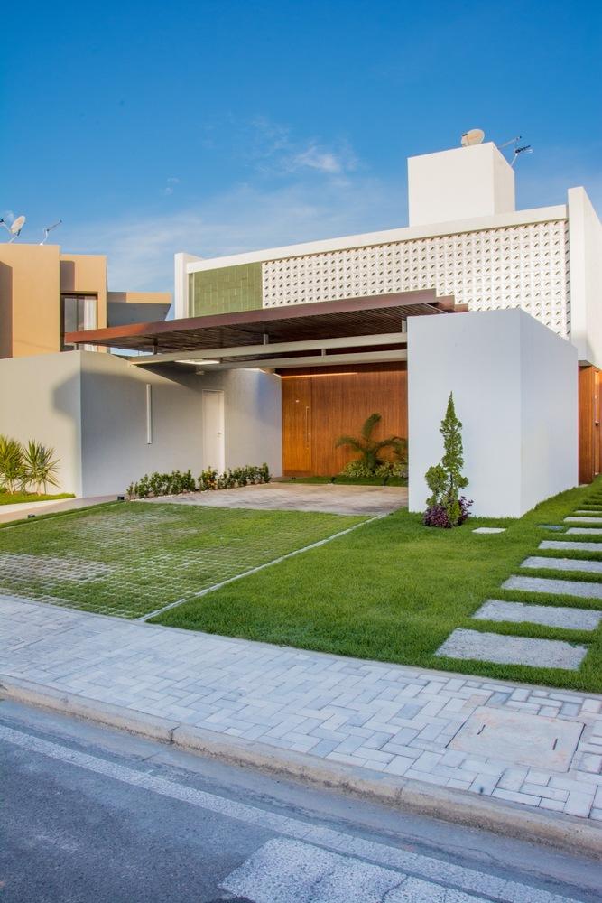 Repare como a ausência visual do telhado embuido valoriza a construção e a deixa mais clean e moderna