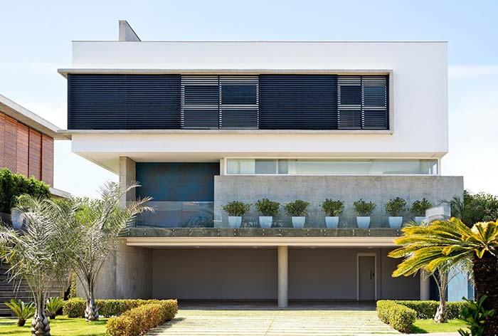 Casa com três pavimentos e arquitetura diferenciada apostou no uso do telhado embutido