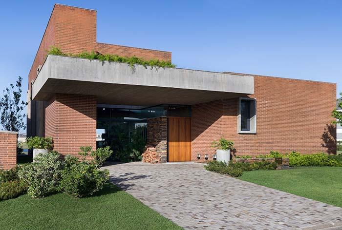 Casa de tijolinhos com telhado embutido