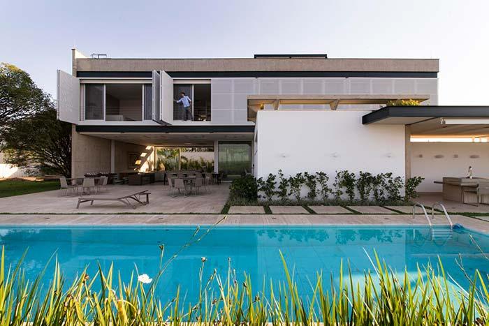 O telhado embutido inicia rente com a parede da casa, para compensar a falta de cobertura sobre as janelas foram utilizados painéis que podem ser abertos e fechados conforme a necessidade