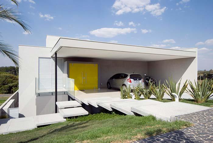 A cor branca com o telhado embutido deixa a casa com aparência moderna e futurista