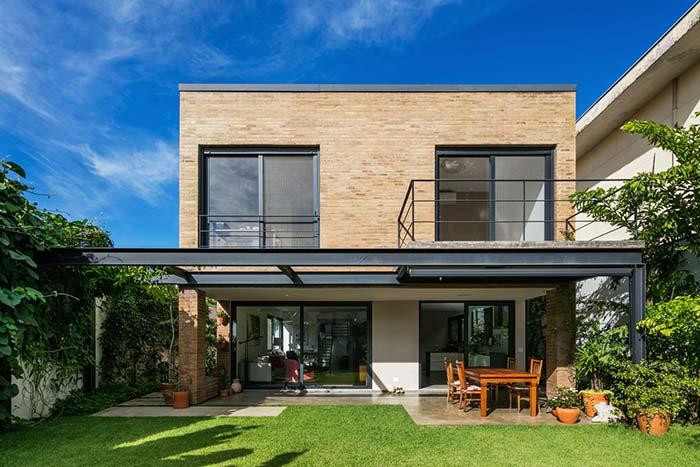 Metal e tijolinho compõe essa fachada de estilo rústico moderno