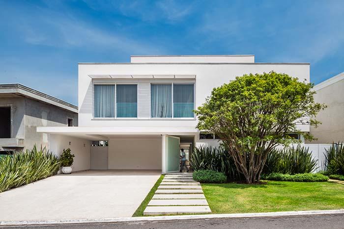 A casa moderna e simples também apostou no uso do telhado embutido