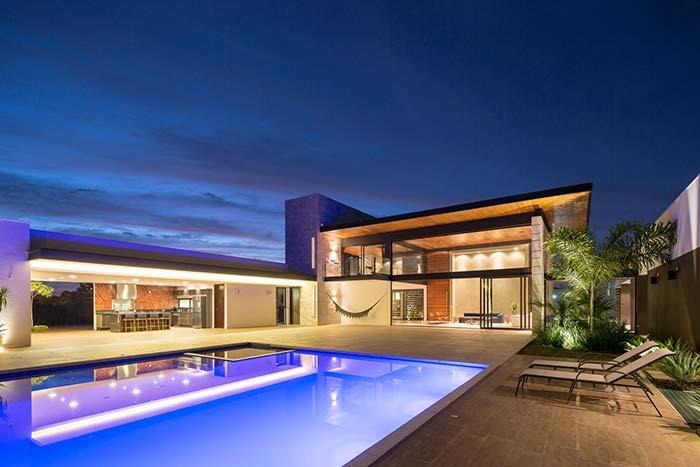 Casa ampla com piscina e telhado embutido