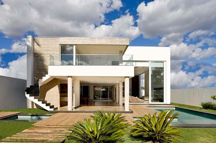 Escada pelo lado de fora da casa transforma o visual da fachada com telhado embutido