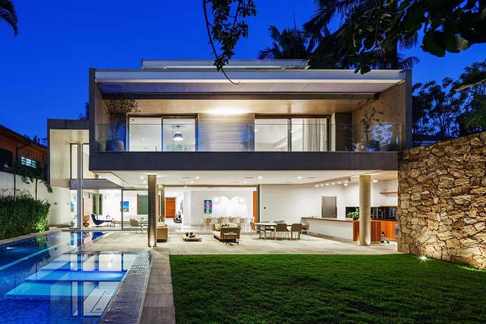 Casa moderna com ambientes totalmente integrados no piso inferior, já no piso superior é o telhado embutido que se destaca