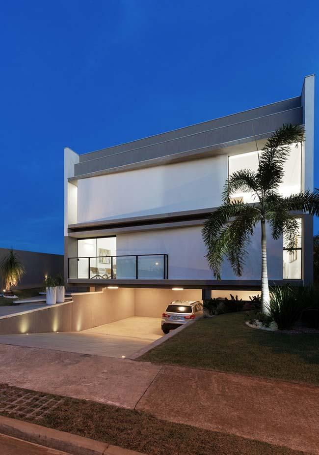 Casa moderna e minimalista ganhou um telhado embutido para reforçar e completar a proposta arquitetônica