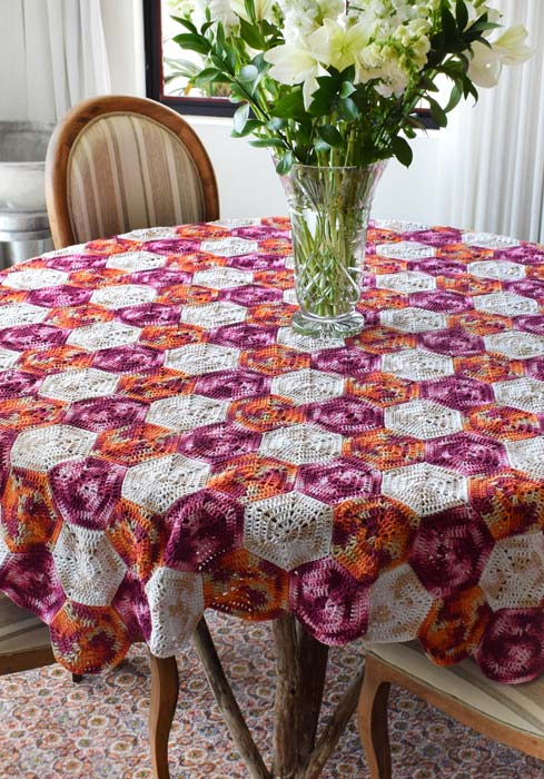 Toalha de mesa de crochê composta por hexágonos em três cores para cobrir sua mesa