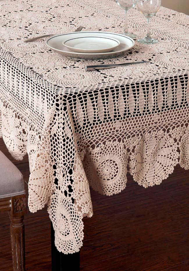 Misture desenhos e pontos para criar o caimento perfeito para a sua toalha de mesa de crochê