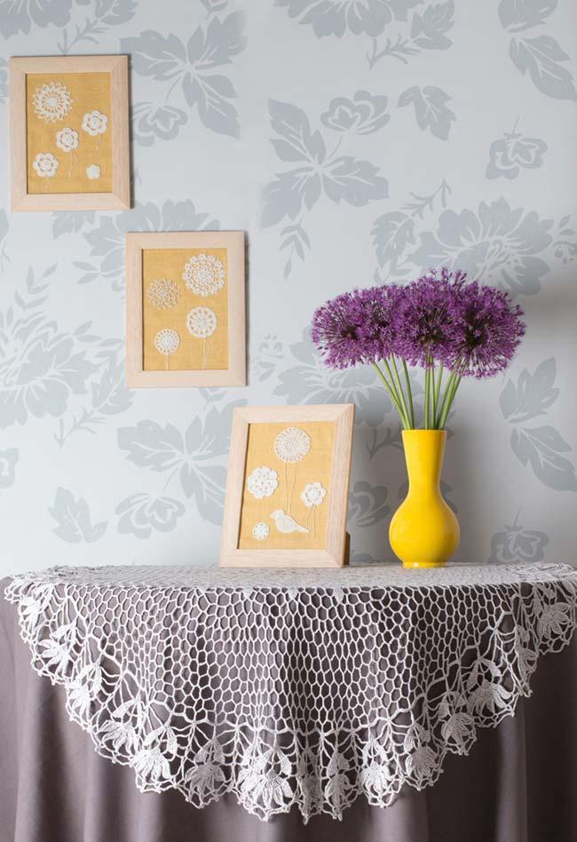Toalha de mesa de crochê rendada com uma toalha lisa de tecido no fundo