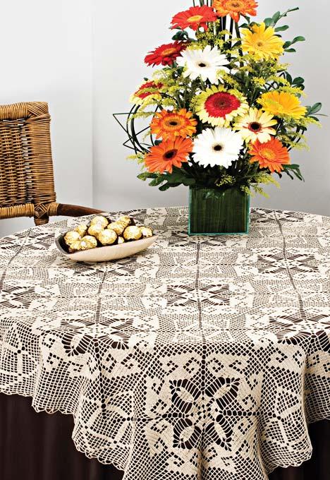 Mesa decorada com toalha de crochê