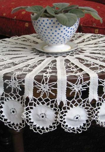 Pontos abertos na toalha de mesa de crochê