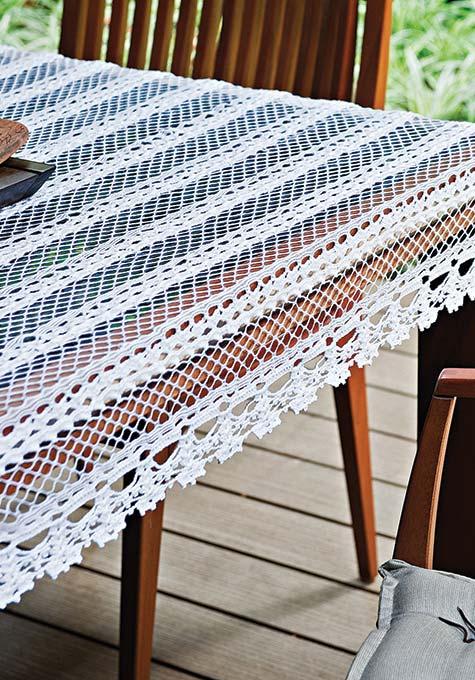 Padrão listrado com toalha de mesa de crochê