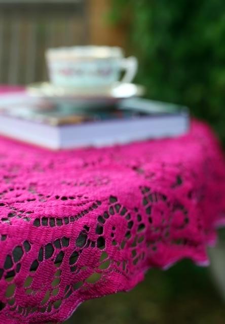 Cores mais vibrantes para chamar a atenção na toalha de mesa de crochê
