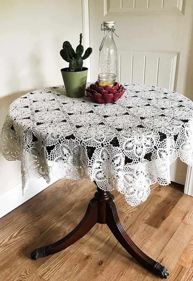 Toalha de mesa de crochê feita com padrão florido