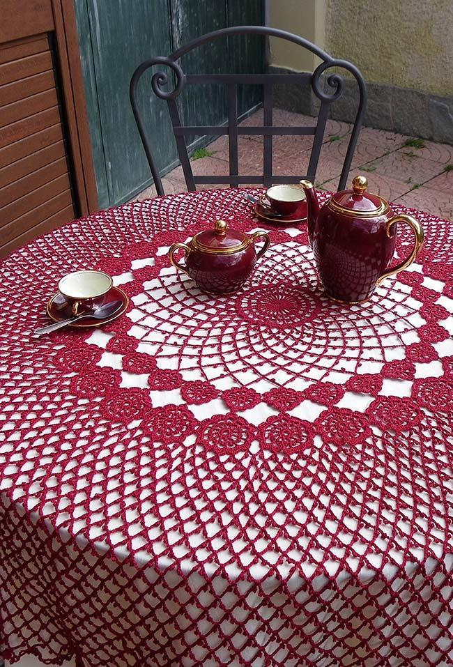 Desenho vazado na toalha de mesa de crochê