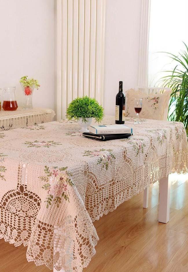 Toalha de mesa de crochê num estilo campo florido
