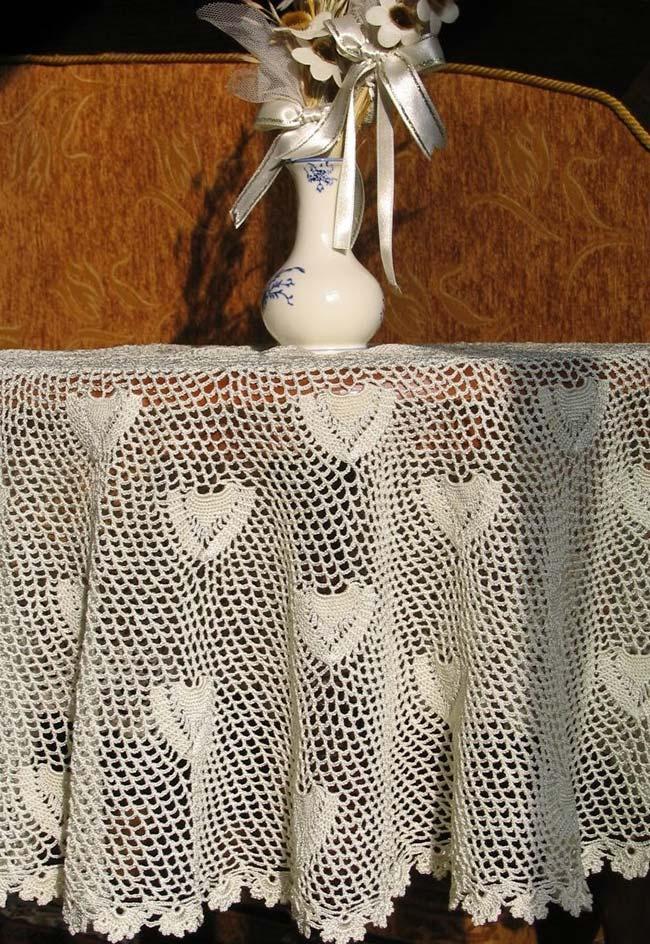 Toalha de mesa de crochê com saia em uma altura média e caimento perfeito