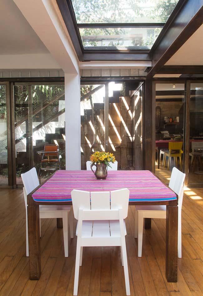 Toalha de mesa de crochê listrada com cores vibrantes